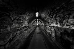 Σκοτεινή μετάβαση undergorund με το φως Στοκ φωτογραφίες με δικαίωμα ελεύθερης χρήσης