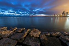 Σκοτεινή νύχτα από τη λίμνη Μίτσιγκαν Στοκ φωτογραφία με δικαίωμα ελεύθερης χρήσης