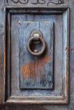 Σκοτεινή ξύλινη επιτροπή πορτών με τα ρόπτρα πορτών Στοκ Εικόνες