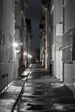 Σκοτεινή πίσω αλέα σε μια υγρή νύχτα Στοκ φωτογραφίες με δικαίωμα ελεύθερης χρήσης