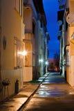 Σκοτεινή πίσω αλέα σε μια υγρή νύχτα Στοκ εικόνες με δικαίωμα ελεύθερης χρήσης