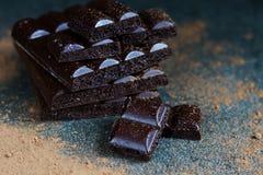Σκοτεινή πορώδης σοκολάτα σε ένα γκρίζο υπόβαθρο πετρών τα όμορφα μάτια φωτογραφικών μηχανών τέχνης διαμορφώνουν την πλήρη γοητεί Στοκ Φωτογραφίες