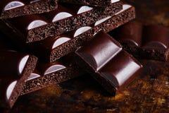 Σκοτεινή πορώδης σοκολάτα σε ένα γκρίζο υπόβαθρο πετρών τα όμορφα μάτια φωτογραφικών μηχανών τέχνης διαμορφώνουν την πλήρη γοητεί Στοκ εικόνες με δικαίωμα ελεύθερης χρήσης