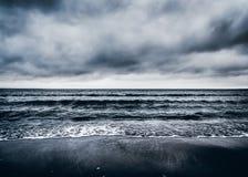 Σκοτεινή δραματική θυελλώδης Seascape έννοια Στοκ Εικόνα