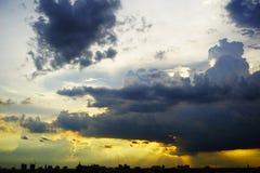 σκοτεινή δραματική θύελλα σύννεφων Ο ουρανός ένα υπόβαθρο Στοκ Εικόνες