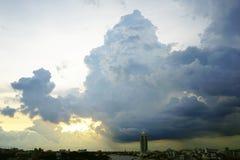 σκοτεινή δραματική θύελλα σύννεφων Ο ουρανός ένα υπόβαθρο Στοκ εικόνα με δικαίωμα ελεύθερης χρήσης