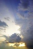 σκοτεινή δραματική θύελλα σύννεφων Ο ουρανός ένα υπόβαθρο Στοκ εικόνες με δικαίωμα ελεύθερης χρήσης