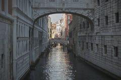 Σκοτεινή σειρά μαθημάτων νερού στη Βενετία Στοκ εικόνες με δικαίωμα ελεύθερης χρήσης