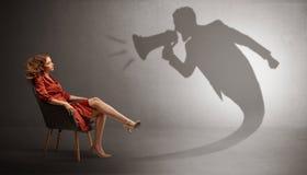 Σκοτεινή σκιά που φωνάζει στην κομψή κυρία στοκ εικόνα