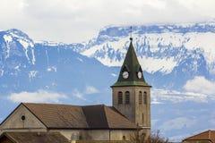 Σκοτεινή σκιαγραφία αντίθεσης της στέγης εκκλησιών με τον πύργο ενάντια στα θαυμάσια βουνά Άλπεων, Γερμανία Ήρεμη ζωή στις φαντασ Στοκ Εικόνα
