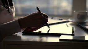 Σκοτεινή σκιαγραφία της επιχειρηματία, κινηματογράφηση σε πρώτο πλάνο των χεριών γράφει κάτι στην ταμπλέτα, είναι έπειτα ένα lap- απόθεμα βίντεο