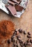 Σκοτεινή σκόνη κακάου, φασόλια κακάου και σοκολάτα Στοκ Φωτογραφίες