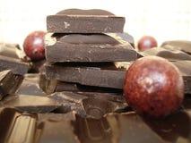 Σκοτεινή σοκολάτα, σβόλοι σοκολάτας Στοκ Εικόνες