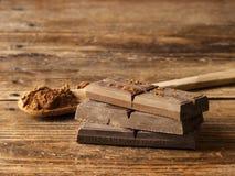 Σκοτεινή σοκολάτα σε ένα παλαιό ξύλινο υπόβαθρο στοκ φωτογραφίες με δικαίωμα ελεύθερης χρήσης