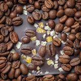 Σκοτεινή σοκολάτα με τα σιτάρια και τα φρούτα καφέ Προετοιμασμένος για την ημέρα παγκόσμιας σοκολάτας στοκ εικόνες με δικαίωμα ελεύθερης χρήσης