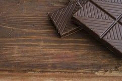 Σκοτεινή σοκολάτα στον ξύλινο πίνακα Στοκ φωτογραφία με δικαίωμα ελεύθερης χρήσης