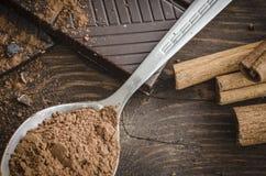 Σκοτεινή σοκολάτα στον ξύλινο πίνακα Στοκ Εικόνες