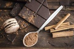 Σκοτεινή σοκολάτα στον ξύλινο πίνακα Στοκ εικόνα με δικαίωμα ελεύθερης χρήσης