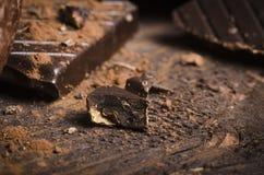 Σκοτεινή σοκολάτα στον ξύλινο πίνακα Στοκ εικόνες με δικαίωμα ελεύθερης χρήσης