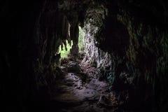 Σκοτεινή σπηλιά στο μακρινό νησί ασβεστόλιθων Στοκ εικόνα με δικαίωμα ελεύθερης χρήσης