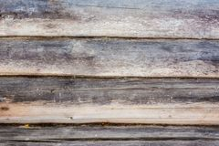 Σκοτεινή σύσταση ενός αρχαίου ξύλινου τοίχου που χτίζεται των κούτσουρων και του βρύου, α Στοκ εικόνες με δικαίωμα ελεύθερης χρήσης