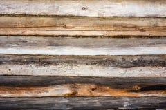Σκοτεινή σύσταση ενός αρχαίου ξύλινου τοίχου που χτίζεται των κούτσουρων και του βρύου, α Στοκ Φωτογραφία