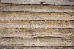 Σκοτεινή σύσταση ενός αρχαίου ξύλινου τοίχου που χτίζεται των κούτσουρων και του βρύου, α Στοκ φωτογραφίες με δικαίωμα ελεύθερης χρήσης