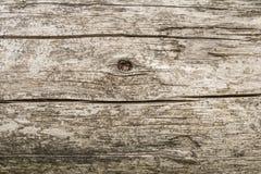 Σκοτεινή σύσταση του παλαιού φυσικού ξύλου με τις ρωγμές από την έκθεση στον ήλιο και τον αέρα Στοκ Φωτογραφίες