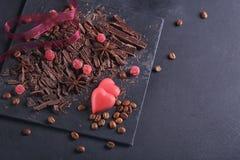 Σκοτεινή τεμαχίζοντας σοκολάτα, μαύρα ψημένα φασόλια καφέ, ξηρό λεμόνι στοκ φωτογραφία