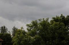 ΣΚΟΤΕΙΝΑ ΣΥΝΝΕΦΑ ΚΑΙ ΒΡΟΧΕΡΗ ΗΜΕΡΑ Στοκ φωτογραφία με δικαίωμα ελεύθερης χρήσης