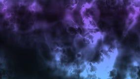 Σκοτεινοί θυελλώδεις ουρανοί με τις λάμψεις του φωτός απόθεμα βίντεο
