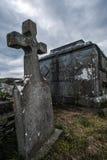 Σκοτεινοί και ανατριχιαστικοί ταφόπετρα και τάφοι Στοκ Φωτογραφίες