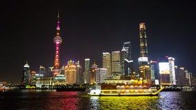 Σκοτεινοί ορίζοντας και βάρκα Shangai στη μέση στοκ εικόνα