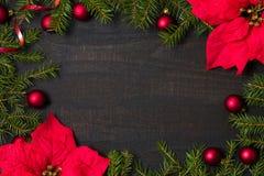Σκοτεινός αγροτικός ξύλινος πίνακας flatlay - υπόβαθρο Χριστουγέννων με το πλαίσιο κλάδων διακοσμήσεων και έλατου Τοπ άποψη με ελ στοκ εικόνες