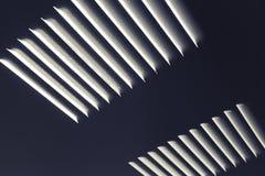 Σκοτεινός βιομηχανικός τοίχος μετάλλων με τα κάγκελα εξαερισμού Στοκ φωτογραφία με δικαίωμα ελεύθερης χρήσης