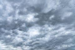 Σκοτεινός βροχερός νεφελώδης ουρανός στοκ φωτογραφίες με δικαίωμα ελεύθερης χρήσης