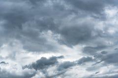 Σκοτεινός βροχερός νεφελώδης ουρανός στοκ εικόνες με δικαίωμα ελεύθερης χρήσης