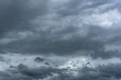 Σκοτεινός βροχερός νεφελώδης ουρανός στοκ εικόνα