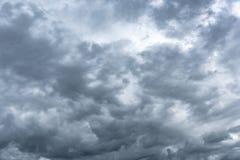 Σκοτεινός βροχερός νεφελώδης ουρανός στοκ εικόνες