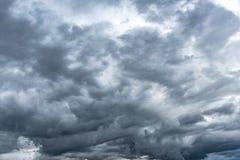 Σκοτεινός βροχερός νεφελώδης ουρανός στοκ φωτογραφίες