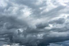 Σκοτεινός βροχερός νεφελώδης ουρανός στοκ φωτογραφία με δικαίωμα ελεύθερης χρήσης