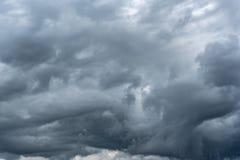 Σκοτεινός βροχερός νεφελώδης ουρανός στοκ εικόνα με δικαίωμα ελεύθερης χρήσης