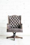 Σκοτεινός γνήσιος καναπές ύφους δέρματος κλασσικός στο εκλεκτής ποιότητας δωμάτιο στοκ φωτογραφία