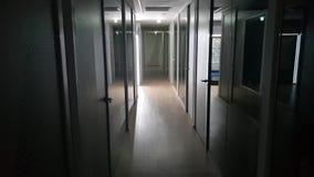Σκοτεινός διάδρομος γραφείων απόθεμα βίντεο