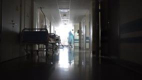 Σκοτεινός διάδρομος με τα κρεβάτια στο νοσοκομείο απόθεμα βίντεο