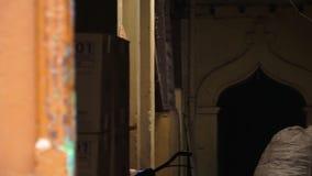 Σκοτεινός είσοδος-τρόπος ενός παλαιού σπιτιού, ινδική ακτή απόθεμα βίντεο