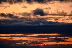 Σκοτεινός θυελλώδης ουρανός με τα σύννεφα τη νύχτα στοκ φωτογραφία με δικαίωμα ελεύθερης χρήσης