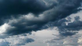 Σκοτεινός θυελλώδης ουρανός με τα σύννεφα τη νύχτα απόθεμα βίντεο