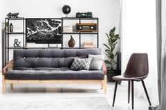 Σκοτεινός καναπές στο δωμάτιο στοκ φωτογραφία με δικαίωμα ελεύθερης χρήσης