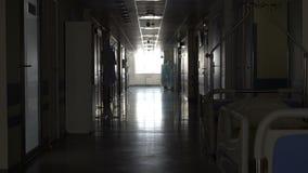 Σκοτεινός μακρύς διάδρομος στο νοσοκομείο απόθεμα βίντεο